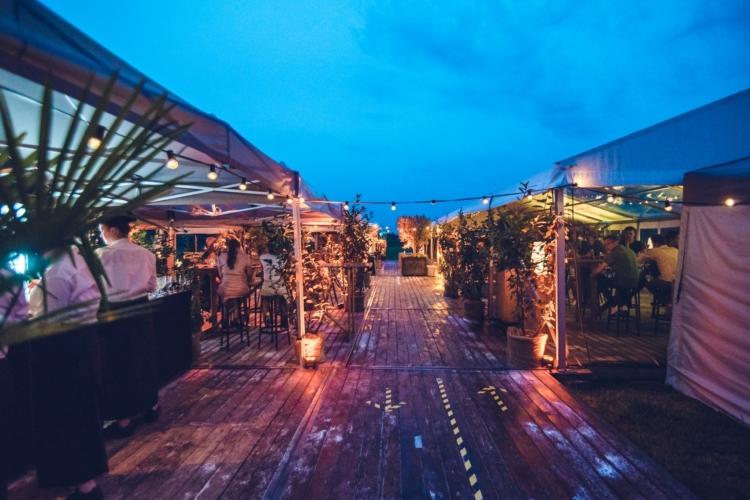Bruiloft buiten in de avond
